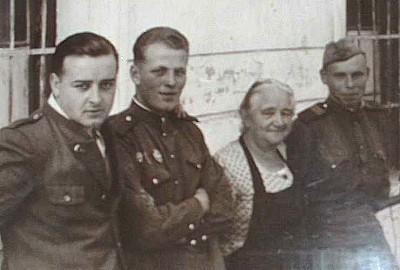 damaliger Vbgm Zauner Johann vor dem Quartier der Sowjekts freudschaftlich mit zwei russischen Soldaten.jpg