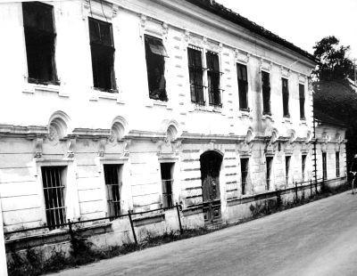 Haus in der Westbahnstraße - im dritten Fenster des ersten Stockes lehnt ein russischer Soldat auf der Fensterbank.jpg