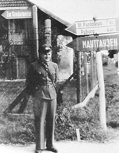 Schild der Kreuzung B123 weist in cyrillischer Schrift Richtung Mauthausen.jpg