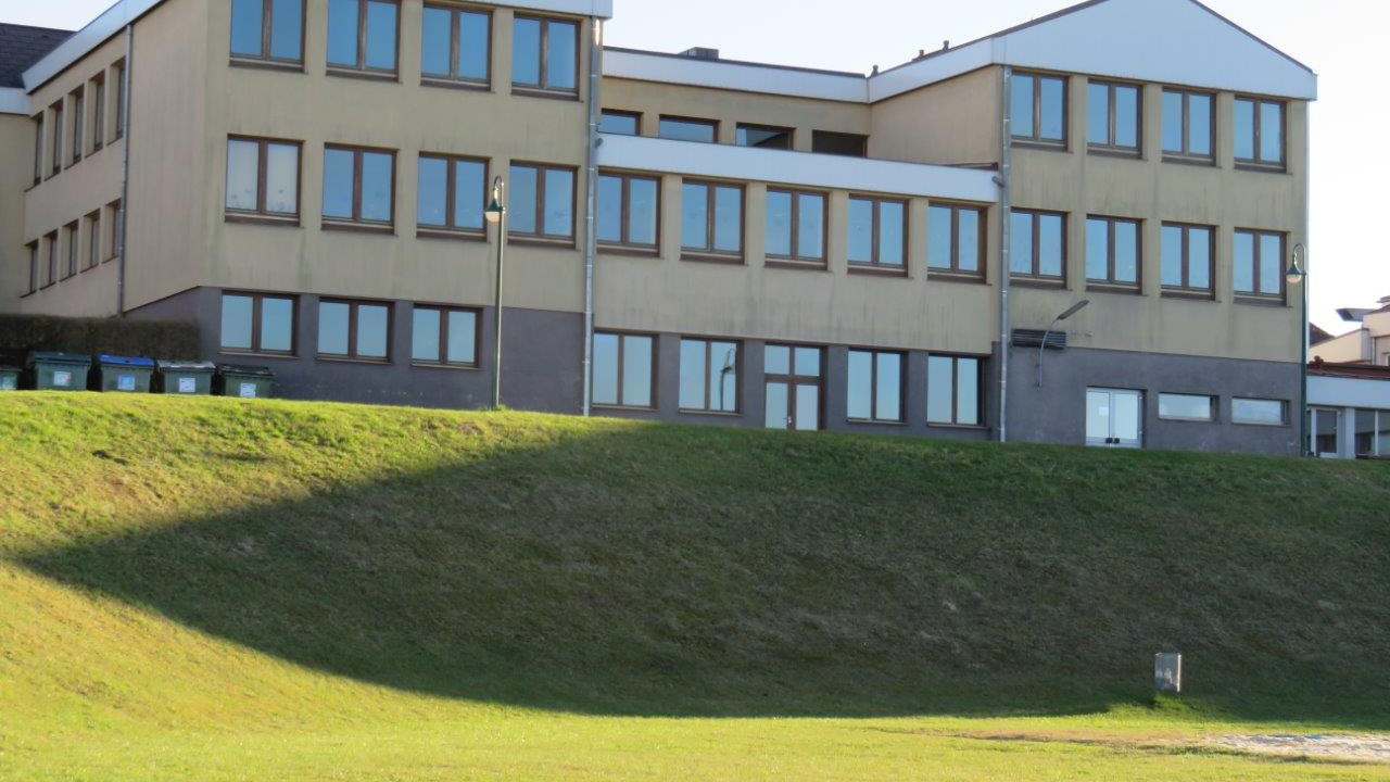1 Start-Ziel, NMS Strengberg, Parkplatz Nordseite.jpg