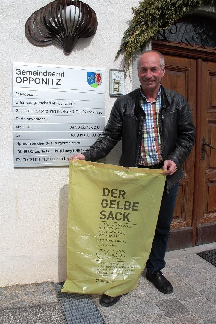 Bgm. Lueger präsentiert den Gelben Sack.JPG