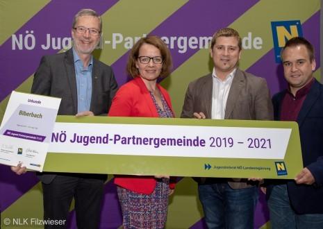 Überreichung Jugend-Partnergemeinde 2019-2021-mit quelle.jpg