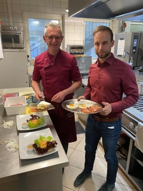 Ennsdorf_Burger mit Küchenchef.jpg