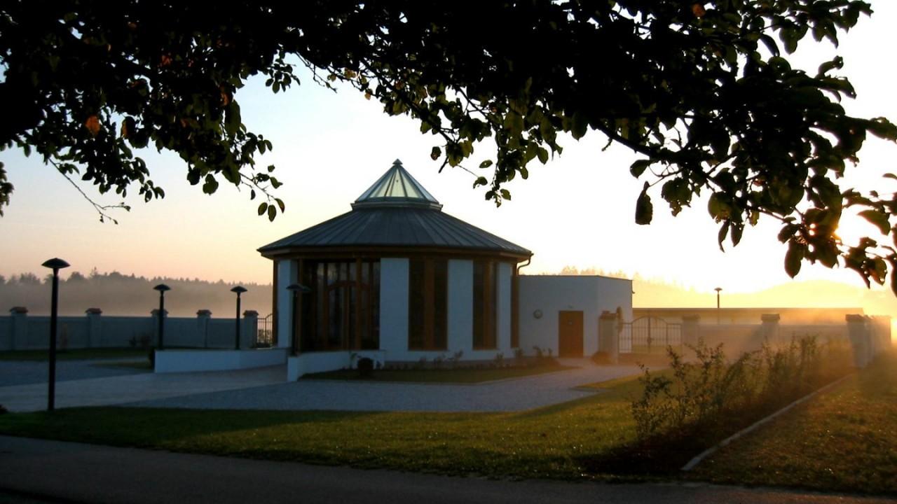07 03-09-19 Friedhof - Aufbahrungshalle mit Morgennebel 2.JPG