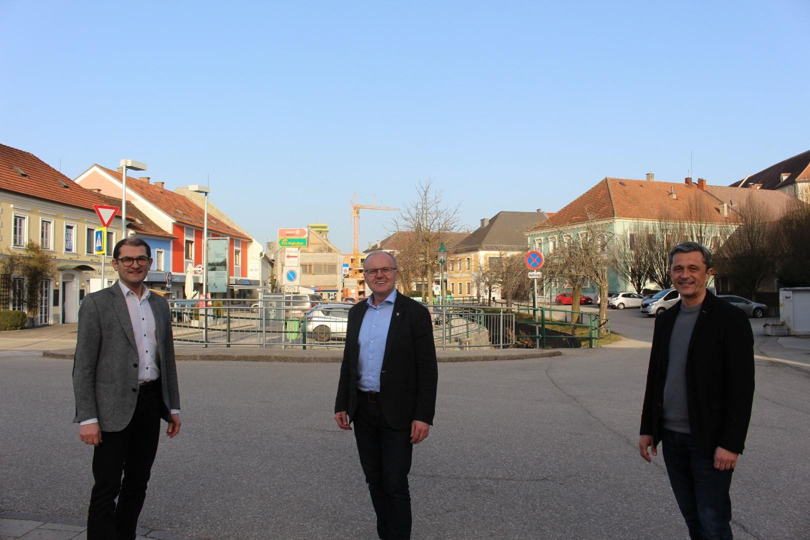 Hoffen auf viele neue Ideen für die Gestaltung des Seitenstettner Zentrums: Martin Michlmayr, Obmann des Wirtschafts-, Gemeinde- und Ortsentwicklungsausschusses (rechts), sein Stellvertreter Michael Kimmeswenger (links) und Bürgermeister Johann Spreitzer.