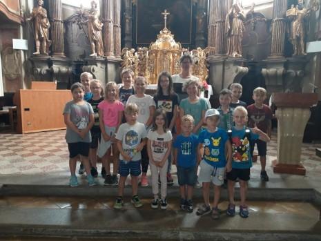 Gruppenfoto_Kirche.jpeg