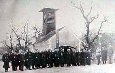 Gemeindehaus von der Bäckerstraßenseite aus - mit angetretener Feuerwehr während der Nazi-Zeit.jpg